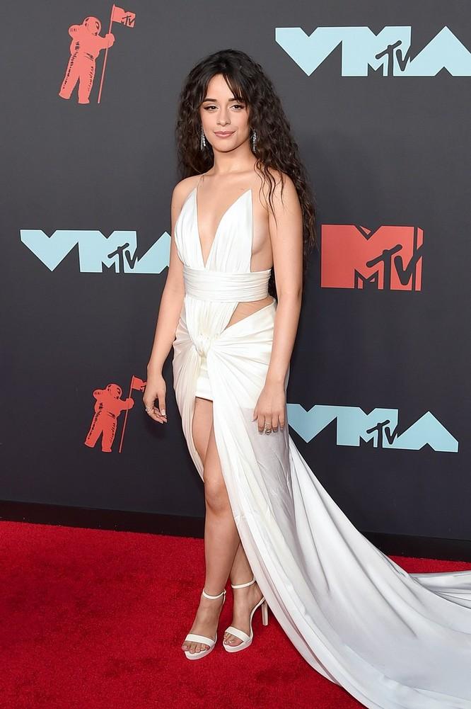 Camila Cabello trong trang phục của Amwaj và trang sức Djula jewelry. Ảnh: Vogue