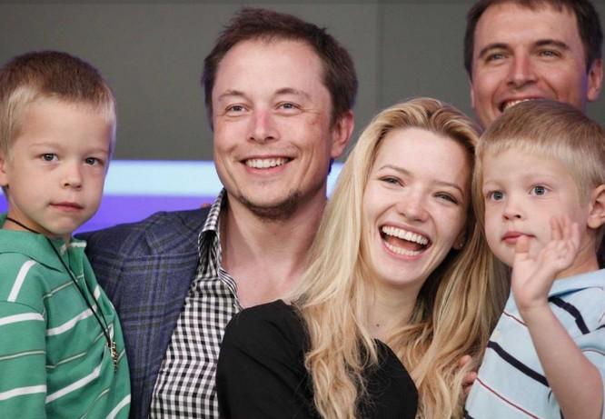 Elon Musk, Talulah Riley, và hai người con trai.