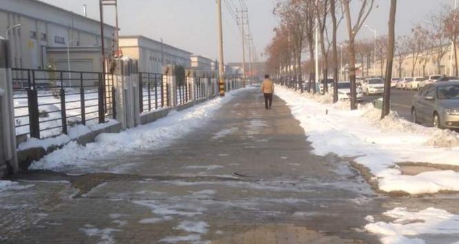 Nước thải chứa chất hóa học với bọt trắng tràn lên các lối đi bên ngoài nhà máy