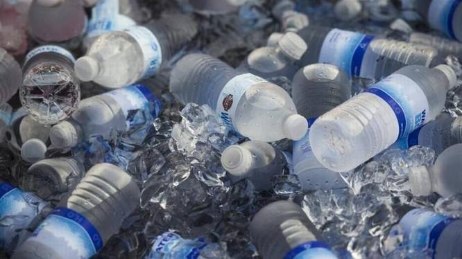 Sự thật hãi hùng sau những chai nước đóng chai bạn dùng hằng ngày ảnh 1