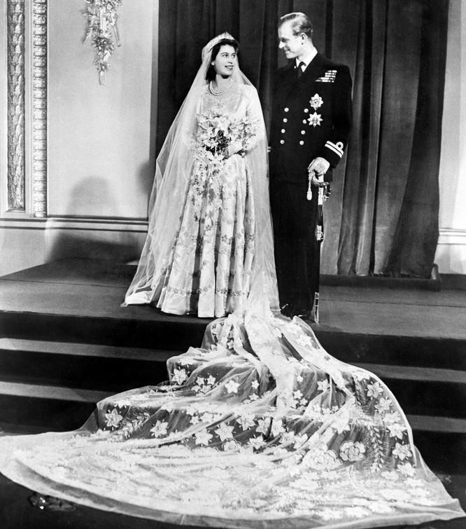 Trầm trồ trước những bộ váy cưới hoàng gia đẹp nhất mọi thế kỷ ảnh 1