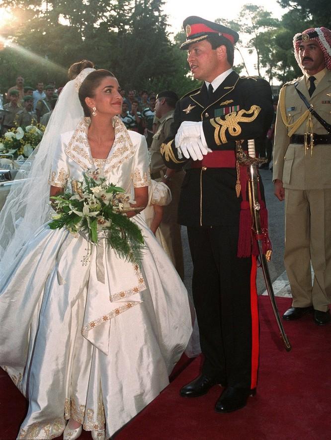 Trầm trồ trước những bộ váy cưới hoàng gia đẹp nhất mọi thế kỷ ảnh 4