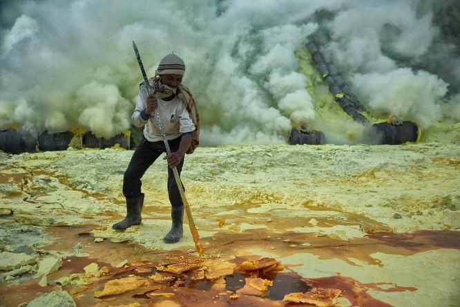 Chùm ảnh về con người tại những nơi làm việc khắc nghiệt nhất thế giới ảnh 3