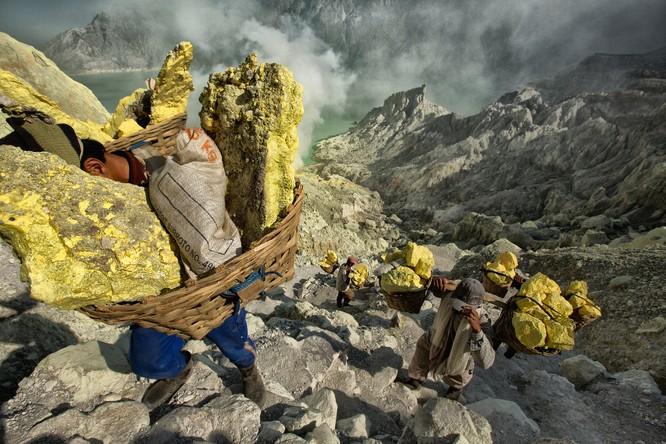 Chùm ảnh về con người tại những nơi làm việc khắc nghiệt nhất thế giới ảnh 1