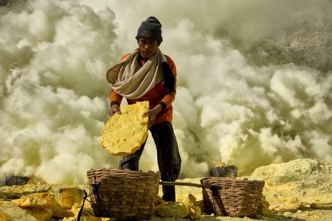 Chùm ảnh về con người tại những nơi làm việc khắc nghiệt nhất thế giới ảnh 4