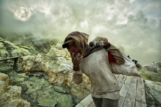 Chùm ảnh về con người tại những nơi làm việc khắc nghiệt nhất thế giới ảnh 12