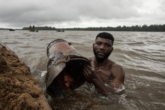 Chùm ảnh về con người tại những nơi làm việc khắc nghiệt nhất thế giới ảnh 16