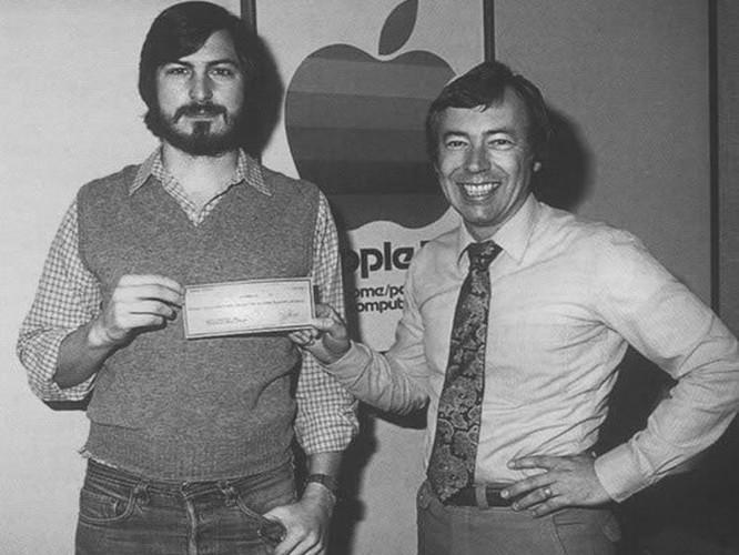 32 tấm ảnh kể lại lịch sử của Apple từ lúc thành lập trong một gara xe hơi đến khi trở thành công ty nghìn tỷ USD ảnh 8