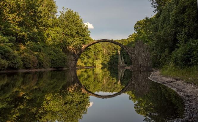 10 cây cầu kỳ lạ và độc đáo nhất trên thế giới ảnh 5