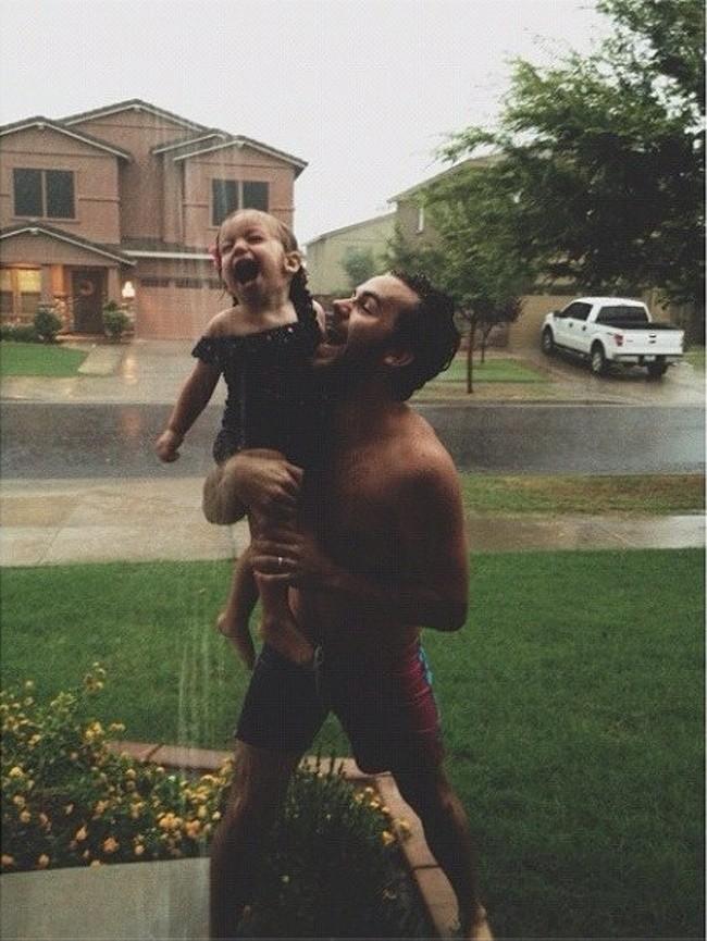 """17 ảnh minh chứng con gái luôn là """"công chúa nhỏ"""" của cha ảnh 11"""