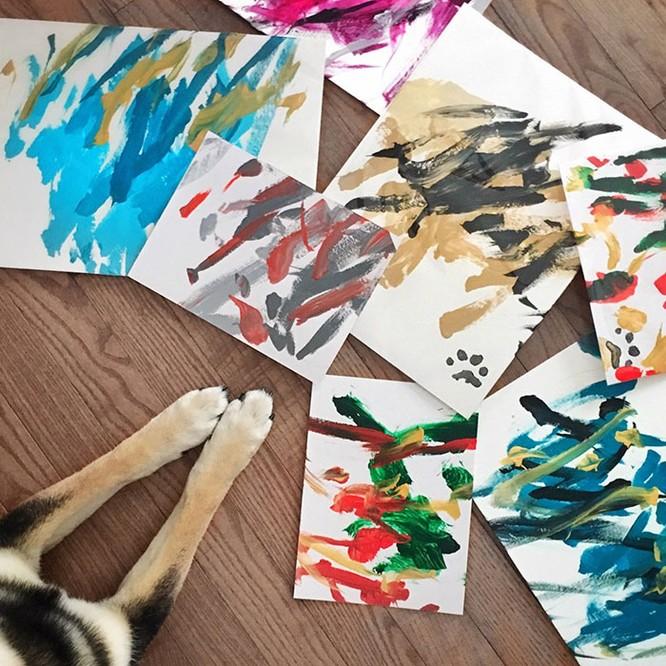 Chú chó Shiba Inu được chủ dạy vẽ tranh, kiếm tới 5000 USD từ tranh vẽ ảnh 4