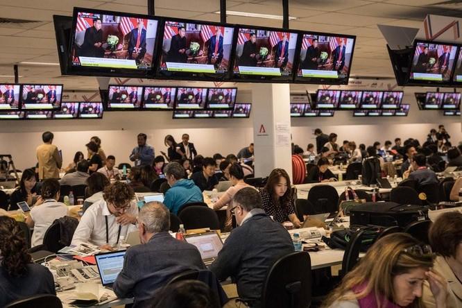 Các nhà báo làm việc trong Hội nghị thượng đỉnh giữa Tổng thống Trump và Chủ tịch Kim Jong-un tại Singapore vào năm ngoái. Ảnh: NYTimes