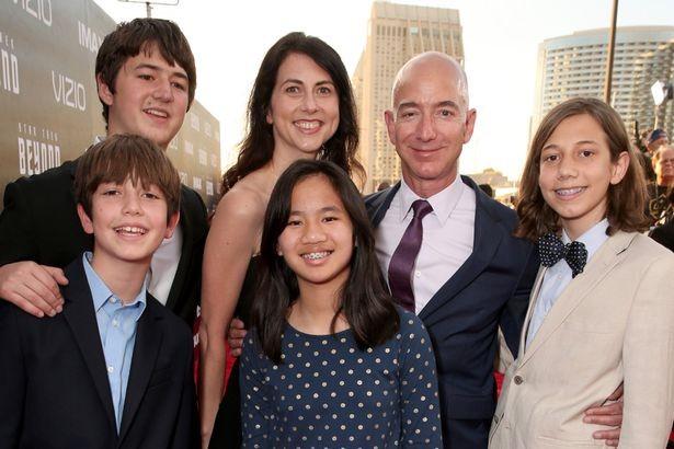 Jeff Bezos cùng vợ cũ và các con