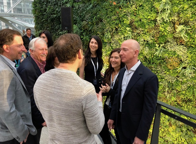 Jeff Bezos và vợ cũ trả lời phỏng vấn sau vụ ly hôn. Ảnh: Geekwire