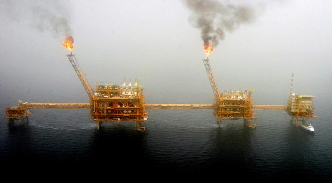 Mỹ cấm nhập khẩu dầu thô từ Iran: giá dầu tăng đột biến ảnh 1