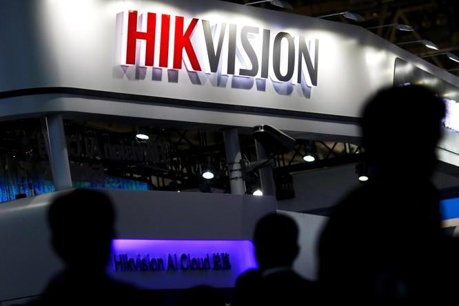 Khách thăm quan đi bộ gần gian hàng của Công ty công nghệ kỹ thuật số Hikvision tại triển lãm Security China 2018 về an ninh công cộng tại Bắc Kinh, Trung Quốc ngày 23.10.2018. Ảnh: Reuters