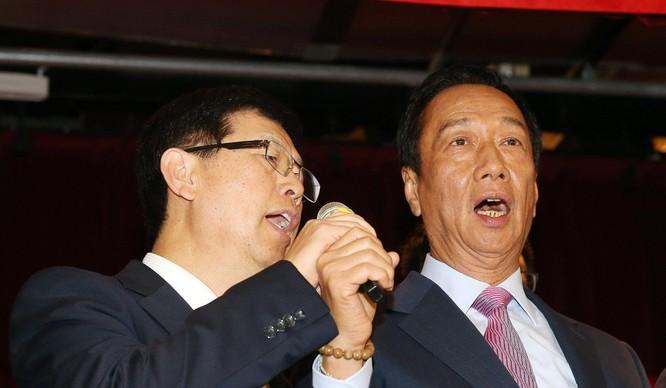 Tân chủ tịch Foxconn Liu Young-way (trái) và cựu Chủ tịch Terry Gou (phải). Ảnh: SCMP