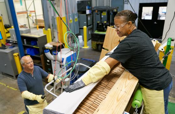 250 triệu USD là khoản đầu tư thứ hai Nhà Táo dành cho nhà sản xuất kính Corning. Ảnh: CNET