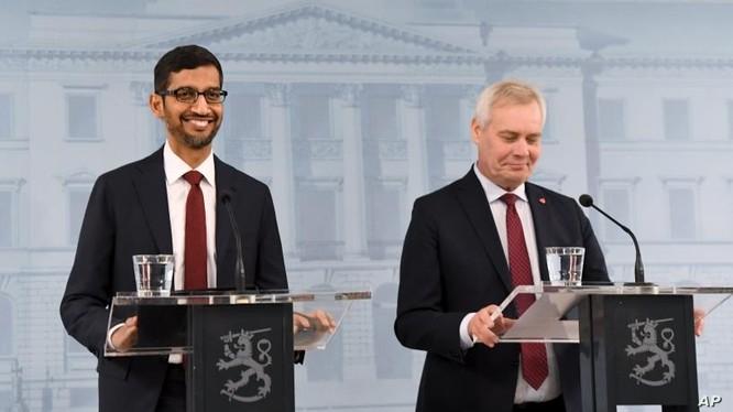 Thủ tướng Phần Lan Antti Rinne (phải) và Giám đốc điều hành Google Sundar Pichai trong một cuộc họp báo chung ở Helsinki, Phần Lan, ngày 20/9/2019.
