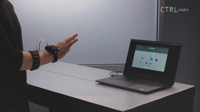 Trong tương lai, con người có thể điều khiến các thiết bị điện tử như điện thoại, máy tính, TV một cách dễ dàng hơn mà không cần phải chạm vào màn hình hay bằng phím. Ảnh: Forbes