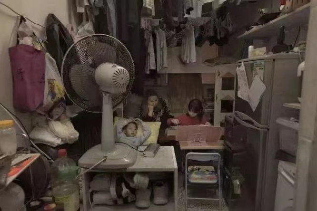 Cặp vợ chồng trẻ sống trong căn nhà 5m² ở Hồng Kông: sự thật đằng sau cái nghèo ảnh 4