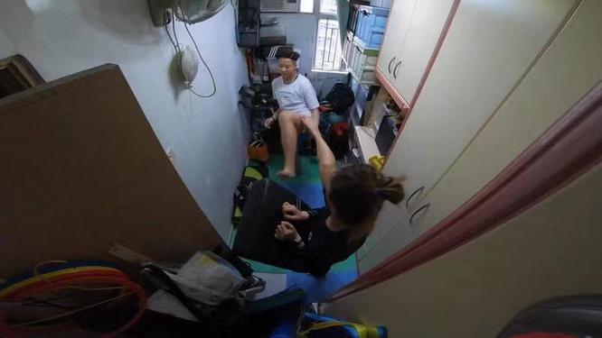 Cặp vợ chồng trẻ sống trong căn nhà 5m² ở Hồng Kông: sự thật đằng sau cái nghèo ảnh 2