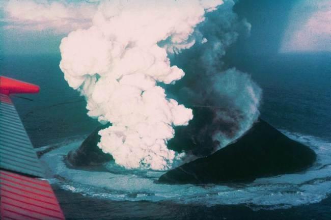 Nước có thể dập được lửa nhưng vì sao núi lửa ngầm vẫn có thể phun trào dưới đại dương? ảnh 2