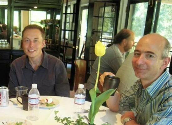 """""""Drama"""" giữa hai ông trùm không gian Jeff Bezos - Elon Musk ngày càng kịch tính ảnh 2"""