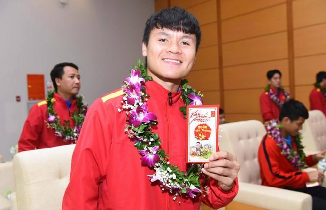 Quang Hải nhận tiền lì xì