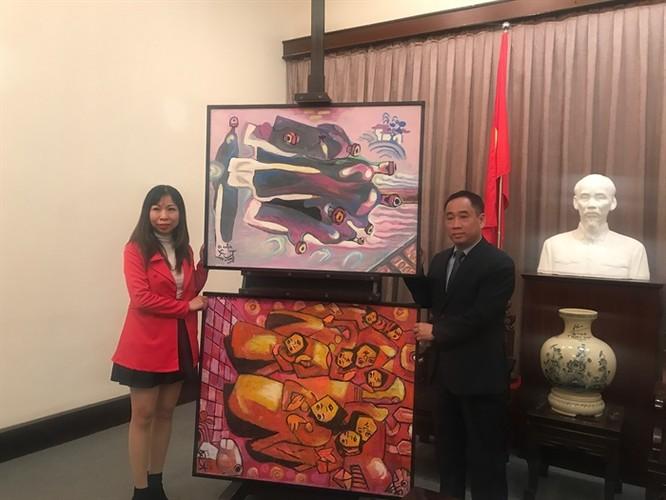 Bảo tàng Mỹ thuật Việt Nam tiếp nhận tranh của họa sĩ Việt kiều Mỹ ảnh 1