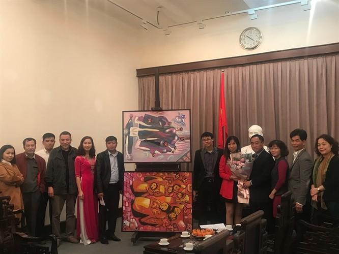 Các cán bộ Bảo tàng Mỹ thuật Việt Nam và đại diện gia đình họa sĩ tại lễ tiếp nhận
