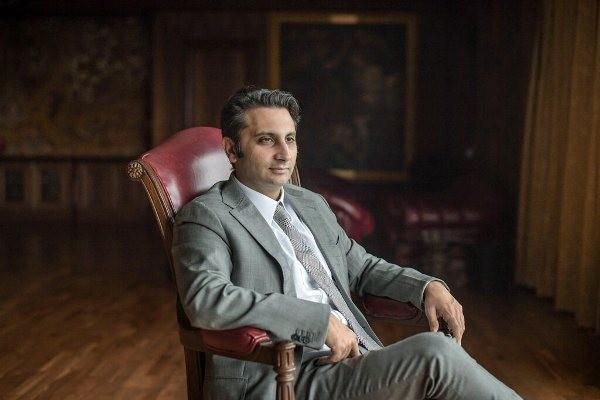 Adar Poonawalla, Giám đốc điều hành Viện Huyết thanh Ấn Độ, cho biết ông sẽ san sẻ hàng trăm triệu liều vắc-xin AZD1222 theo tỷ lệ 50% cho Ấn Độ và 50% còn lại cho những nước có thu nhập thấp và trung bình trên thế giới. Ảnh: NY Times