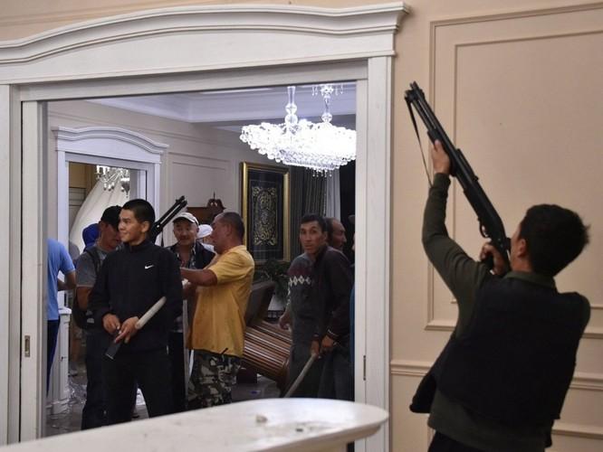 Kịch chiến ở Kyrgyzstan: 1000 cảnh sát đặc nhiệm tấn công, cựu tổng thống Atambayev bị bắt ảnh 3