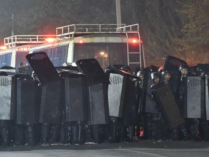 Kịch chiến ở Kyrgyzstan: 1000 cảnh sát đặc nhiệm tấn công, cựu tổng thống Atambayev bị bắt ảnh 2