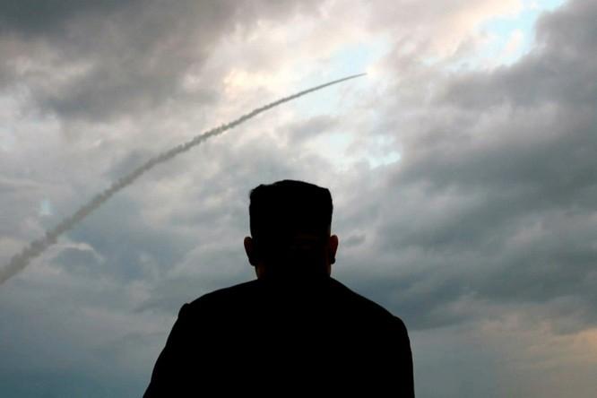 Bí ẩn về loại vũ khí mới mà ông Kim Jong-un vừa trực tiếp chỉ huy phóng thử ảnh 1