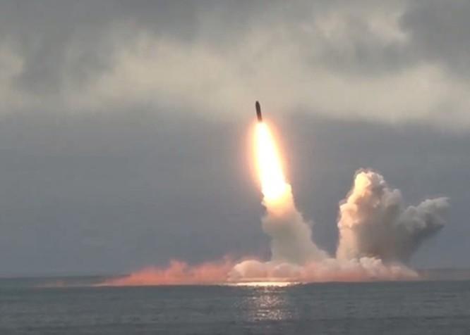 """""""Đáp lễ"""" Mỹ, Nga phóng 2 tên lửa đạn đạo từ tàu ngầm hạt nhân chiến lược ảnh 1"""