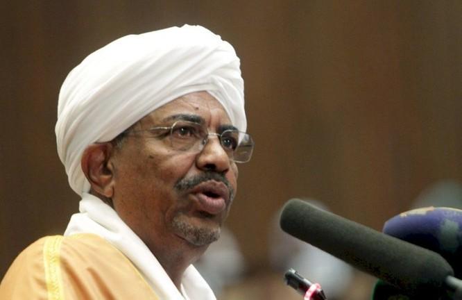 Cựu Tổng thống Sudan ông Omar al-Bashir ra tòa vì tội tham nhũng ảnh 1