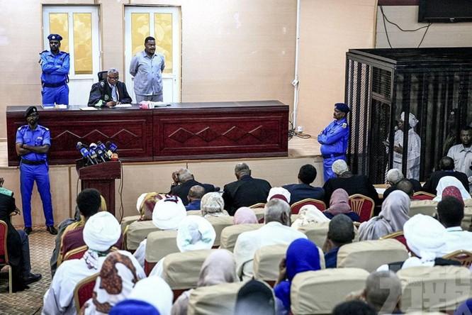 Cựu Tổng thống Sudan ông Omar al-Bashir ra tòa vì tội tham nhũng ảnh 2
