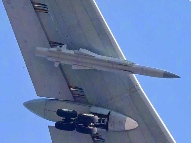 Lộ diện hình ảnh mẫu cải tiến mới nhất H-6N của máy bay ném bom chiến lược Trung Quốc ảnh 2
