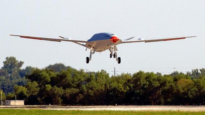 Mỹ thử nghiệm máy bay không người lái tiếp dầu trên không đầu tiên cất hạ cánh trên tàu sân bay ảnh 2