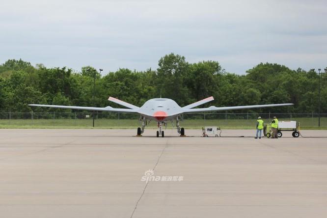 Mỹ thử nghiệm máy bay không người lái tiếp dầu trên không đầu tiên cất hạ cánh trên tàu sân bay ảnh 3