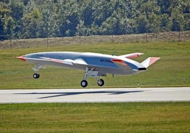 Mỹ thử nghiệm máy bay không người lái tiếp dầu trên không đầu tiên cất hạ cánh trên tàu sân bay ảnh 1