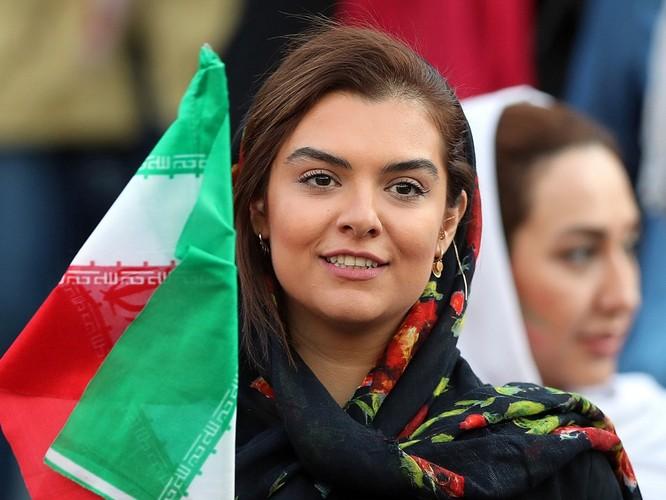 Từ vụ tự sát của nữ cổ động viên giả trai đến ngày lịch sử của bóng đá Iran ảnh 7