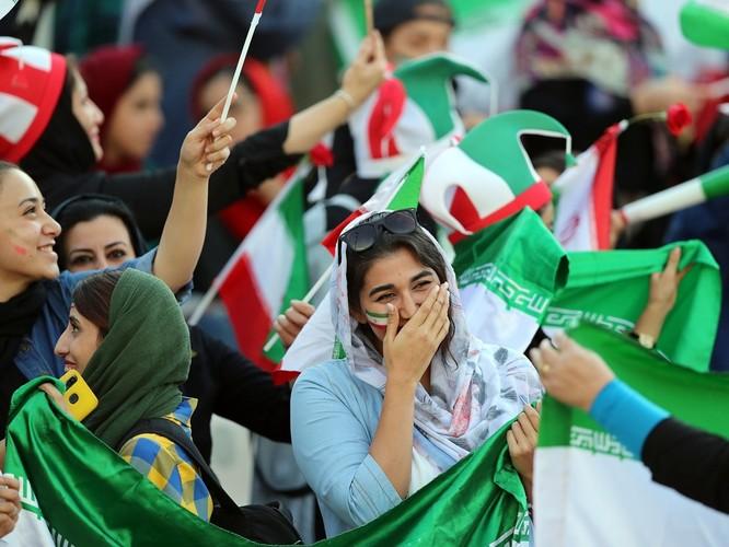 Từ vụ tự sát của nữ cổ động viên giả trai đến ngày lịch sử của bóng đá Iran ảnh 1