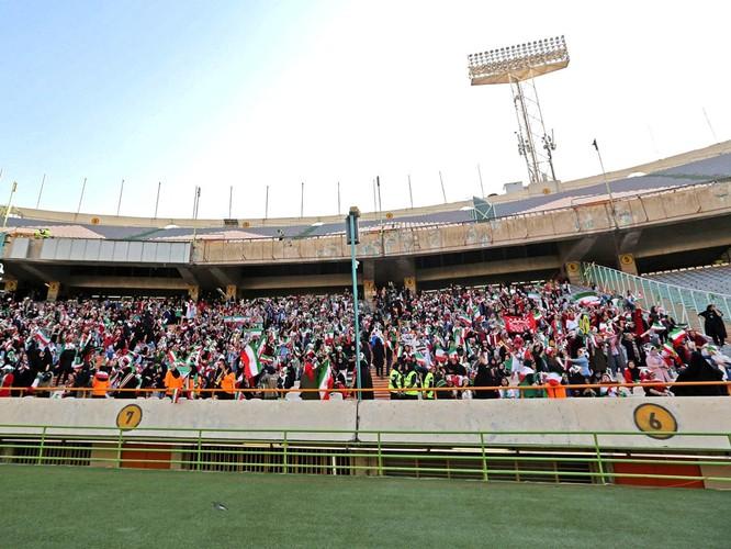 Từ vụ tự sát của nữ cổ động viên giả trai đến ngày lịch sử của bóng đá Iran ảnh 2