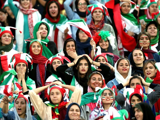 Từ vụ tự sát của nữ cổ động viên giả trai đến ngày lịch sử của bóng đá Iran ảnh 4