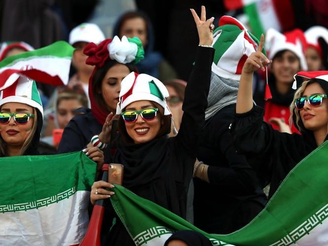 Từ vụ tự sát của nữ cổ động viên giả trai đến ngày lịch sử của bóng đá Iran ảnh 6