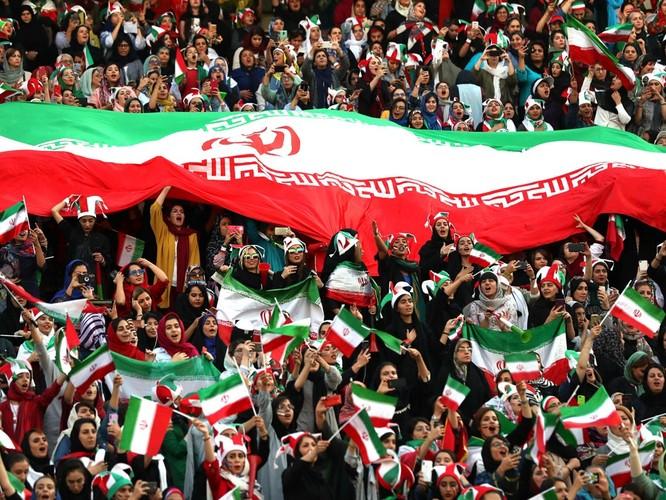 Từ vụ tự sát của nữ cổ động viên giả trai đến ngày lịch sử của bóng đá Iran ảnh 5