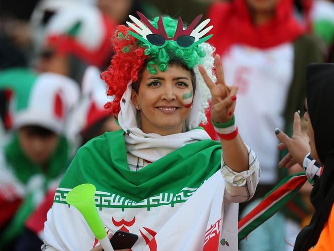 Từ vụ tự sát của nữ cổ động viên giả trai đến ngày lịch sử của bóng đá Iran ảnh 8
