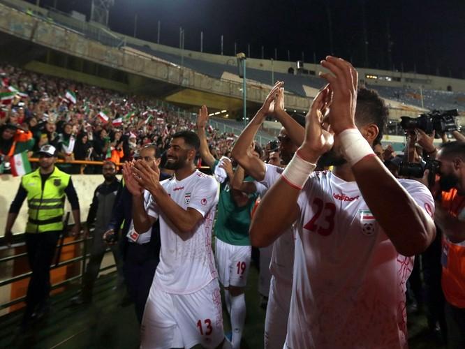 Từ vụ tự sát của nữ cổ động viên giả trai đến ngày lịch sử của bóng đá Iran ảnh 10
